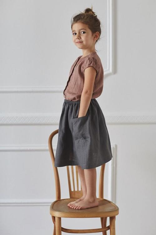 Những mẫu áo rời và chân váy ngoài việc tiện lợi khi mix đồ còn khơi gợi khả năng phối màu sắc và chọn lựa cho các bé gái.