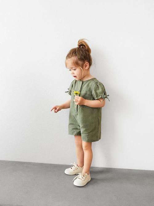 Từ những ưu điểm vượt trội về độ thoáng mát, thẩm hút mồ hôi nhanh, vải linen cũng được nhiều thương hiệu đưa vào sản xuất dòng thời trang trẻ em.
