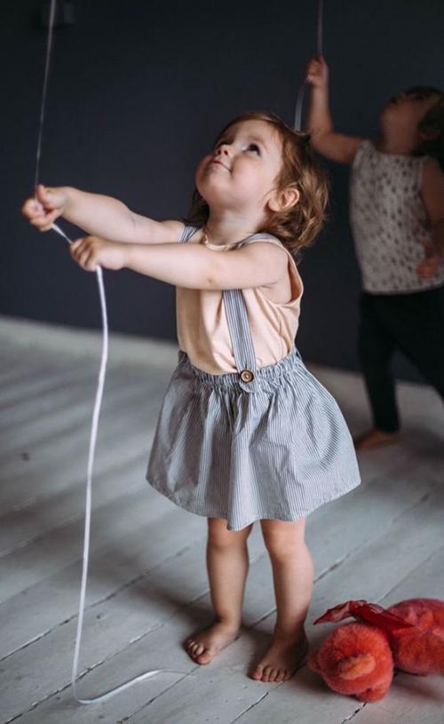 Ngoài vải dệt thô tự nhiên, các bậc phụ huynh có thể chọn thêm các mẫu áo thun cotton thoáng mát để mix cùng nhiều mẫu quần yếm, váy yếm tạo nét đáng yêu cho các bé gái.