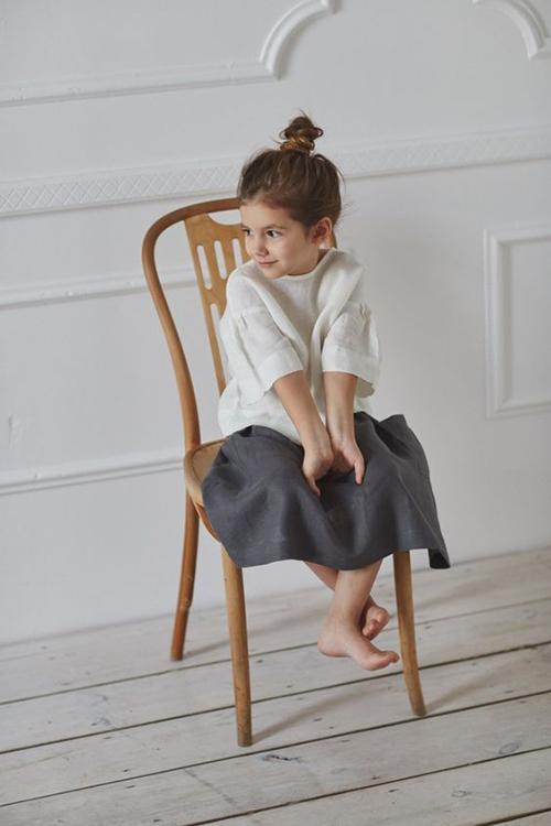 Các mẫu váy áo thiết kế trên vải linen mỏng, vải xô không chỉ tạo cảm giác thoáng mát mà còn thân thiện với làn da của trẻ nhỏ.