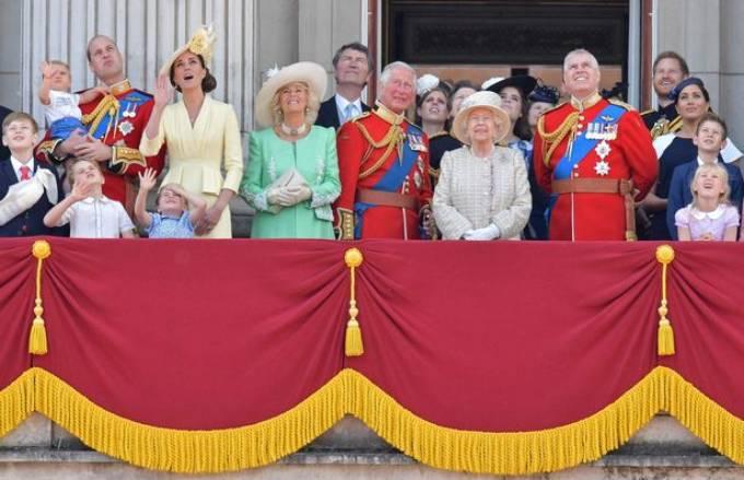 Đại gia đình hoàng gia cùng xuất hiện trên ban công Điện Buckingham theo dõi Trooping the Colour năm 2018.