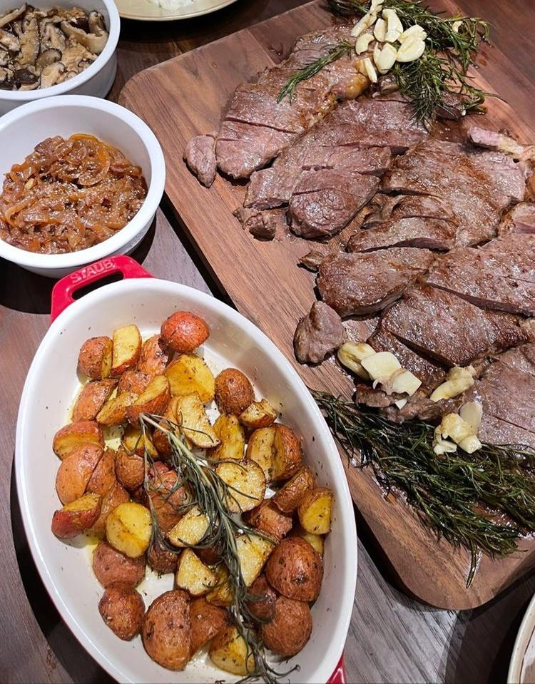 Steak và các món ăn kèm.