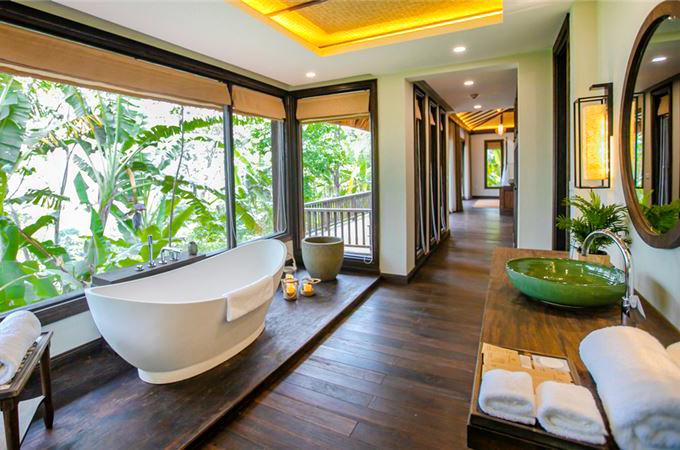 Nội thất chủ yếu là gỗ, đá và các vật liệu bảo vệ môi trường, không sử dụng nhựa. Nhân viên chủ yếu là người địa phương, mang lại trải nghiệm mộc mạc và chân thật cho du khách.
