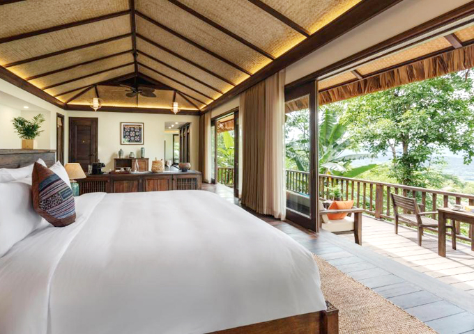 Khu nghỉ có nhiều hạng phòng, trong đó có phòng pool villa với hồ bơi riêng tư và 1-2 phòng ngủ, tùy vào lựa chọn. Du khách có thể nghỉ dưỡng theo nhóm bạn hoặc cả gia đình đều được. View bốn phía đều là cây xanh, phòng thiết kế cửa kính để tận dụng tối đa ánh sáng tự nhiên.
