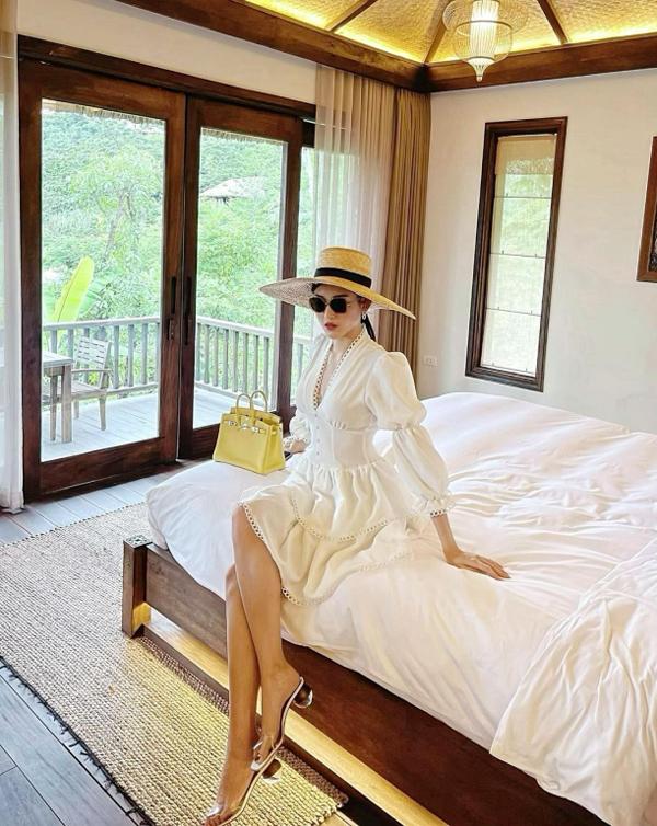 Hè năm nay, do tình hình dịch bệnh căng thẳng, đặc biệt là ở khu vực phía Nam nên những chuyến du lịch biển của du khách Việt phần lớn đều bị trì hoãn. Ở phía Bắc, một số nơi đã bắt đầu có các quy định nới lỏng giãn cách. Nhiều gia đình, trong đó có cả các nghệ sĩ, đã lựa chọn các khu nghỉ dưỡng trên núi, biệt lập, vừa giúp giải nhiệt cái nóng 40 độ C ở thủ đô, vừa đảm bảo giãn cách xã hội.