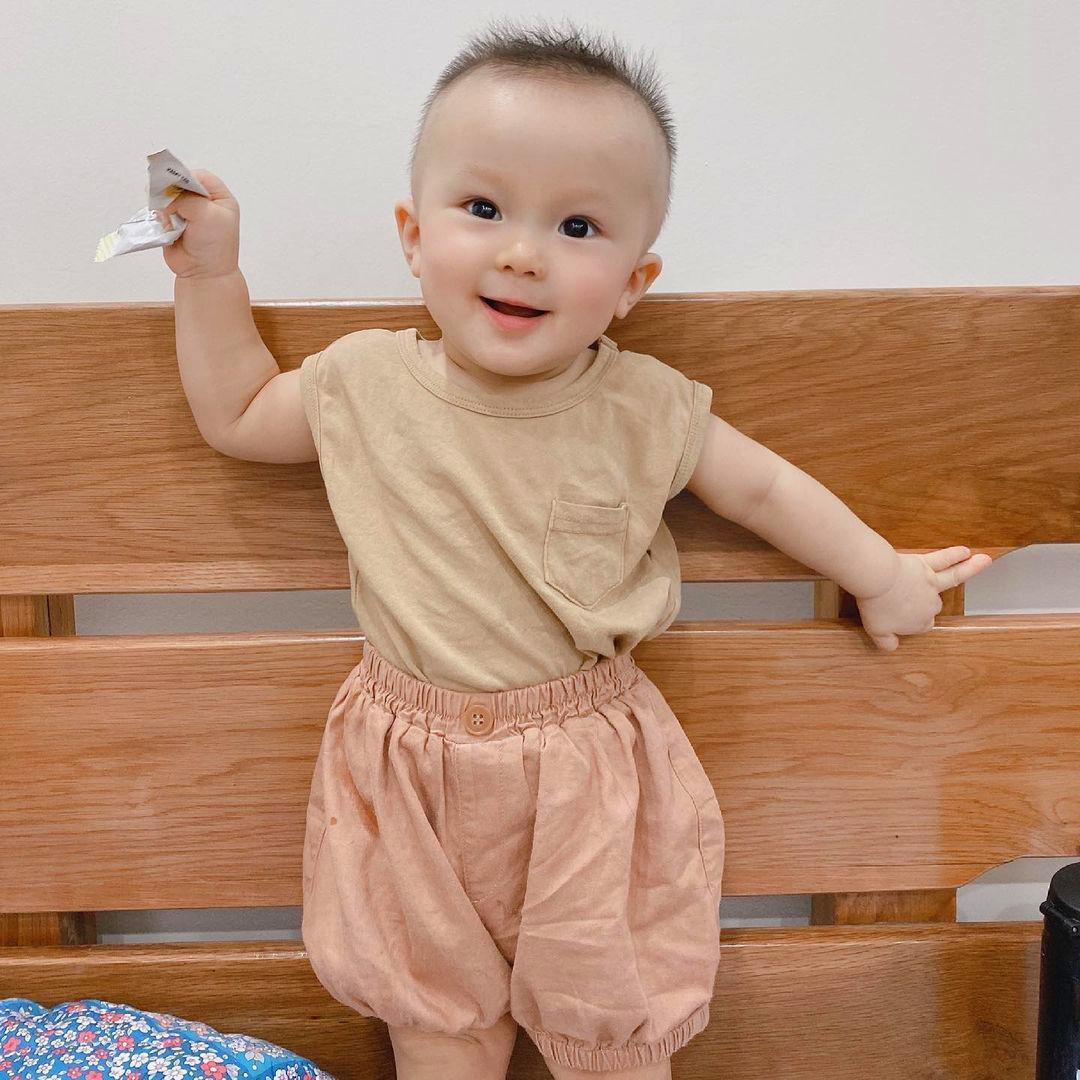 Con trai Duy Mạnh đã biết đứng và đang tập đi. Ảnh: QA.