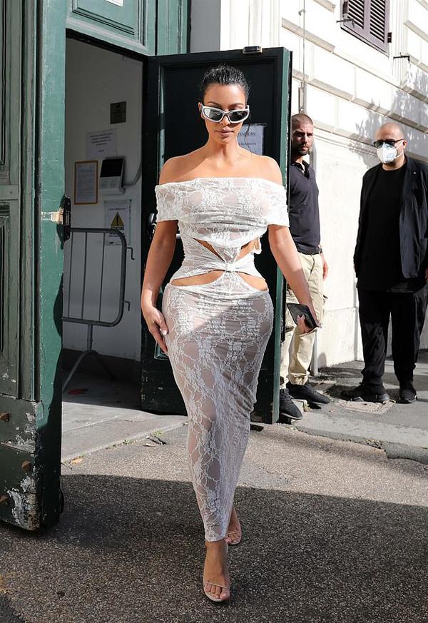 Kim Kardashian gây chú ý với trang phục gợi cảm khi bước ra khỏi thành Vatican.