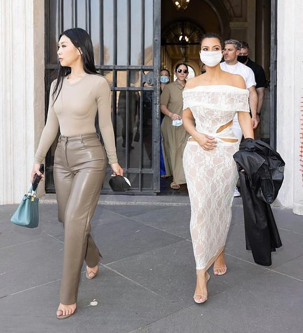 Tuy nhiên bà mẹ bốn con cầm theo chiếc áo khoác dài màu đen, dường như để mặc trong lúc vào trong Vatican nhằm tuân thủ quy tắc ăn mặc kín đáo tại nơi đây.