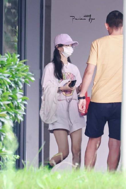 Triệu Lệ Dĩnh về thăm con ở Thượng Hải.