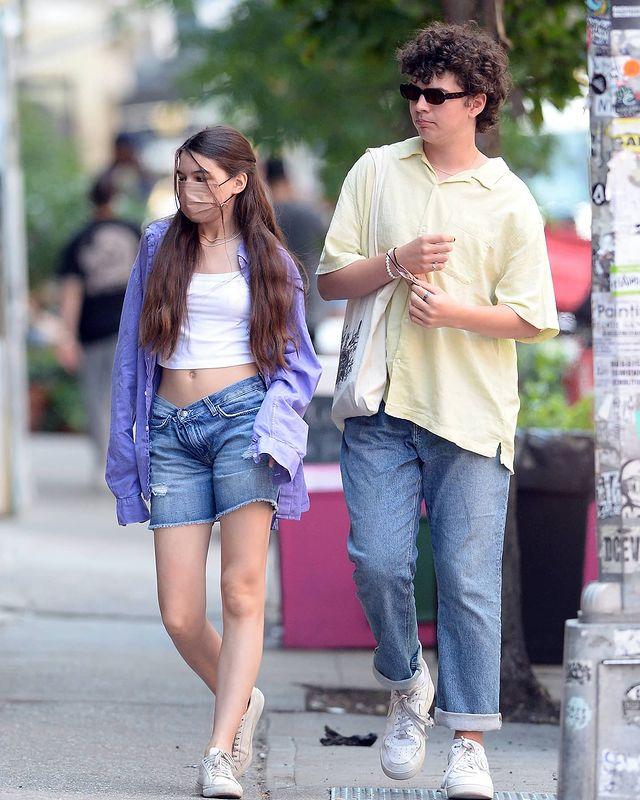 Suri Cruise mặc đồ mùa hè khỏe khoắn mà thời trang khi dạo phố New York ngày 26/6.