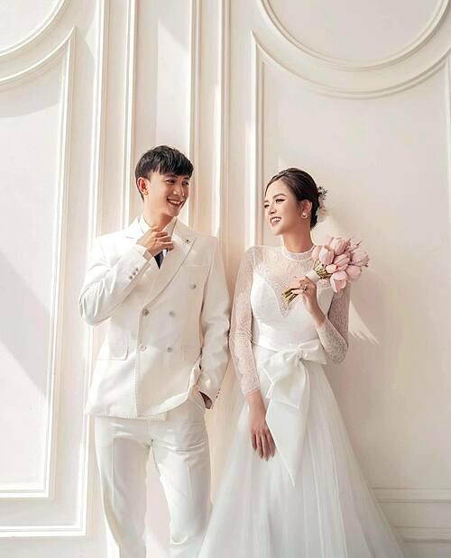 Thu Quỳnh và bạn diễn Hoàng Anh Vũ tình bể bình khi hóa cô dâu chú rể. Cả hai đang nhận được nhiều quan tâm trong phim Hương vị tình thân.