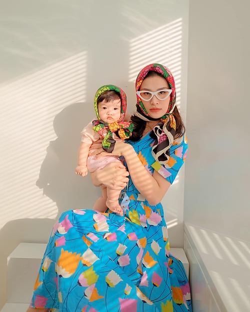 Ở nhà buồn trong những ngày giãn cách nên vợ chồng Đông Nhi - Ông Cao Thắng bày trò chụp ảnh vui nhộn cùng con gái. Trong loạt ảnh mới, Winnie và mẹ thành bạn già của nhau. Chưa đầy một tuổi nhưng cô bé đã nhận được nhiều sự quan tâm của khán giả vì những biểu cảm đáng yêu.