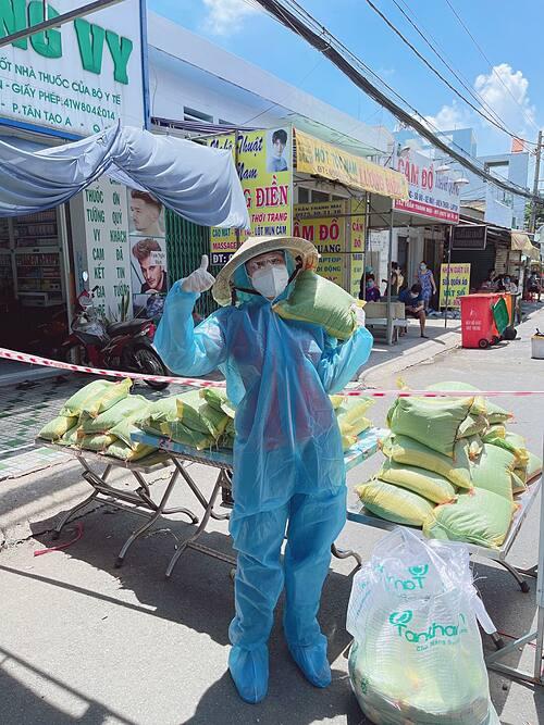 Ca sĩ Hồ Bích Trâm kín mít trong đồ bảo hộ khi phát gạo miễn phí hỗ trợ người dân khó khăn trong thời dịch Covid-19 ở Sài Gòn.