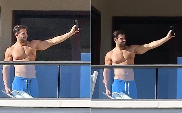 Sam cũng thích thú selfie một mình.