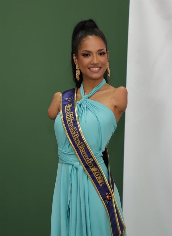 Victoria Salcedo trong buổi họp báo công bố 20 thí sinh bước vào vòng chung kết.