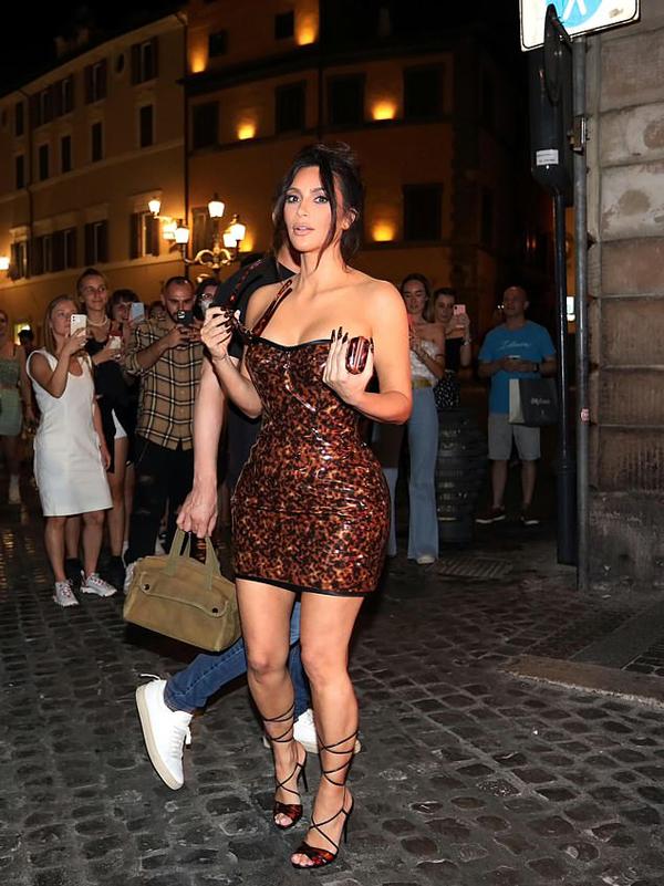 Kim Kardashian khoe dáng nóng bỏng trong chiếc váy PVC bó sát họa tiết da báo trên đường phố Rome tối 29/6. Cô rất vui khi gặp nhiều người hâm mộ mình tại thành phố cổ nổi tiếng của Italy.