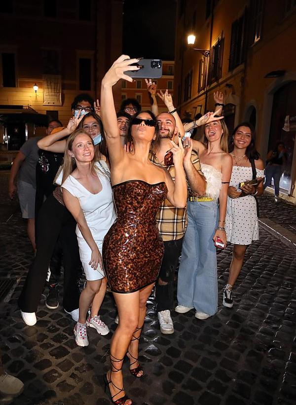 Người đẹp siêu vòng ba nhiệt tình chụp ảnh với các fan. Là một người selfie chuyên nghiệp từng ra sách hướng dẫn mọi người cách chụp ảnh tự sướng, Kim cầm điện thoại đứng trước để có được bức ảnh với cả tất cả mọi người.