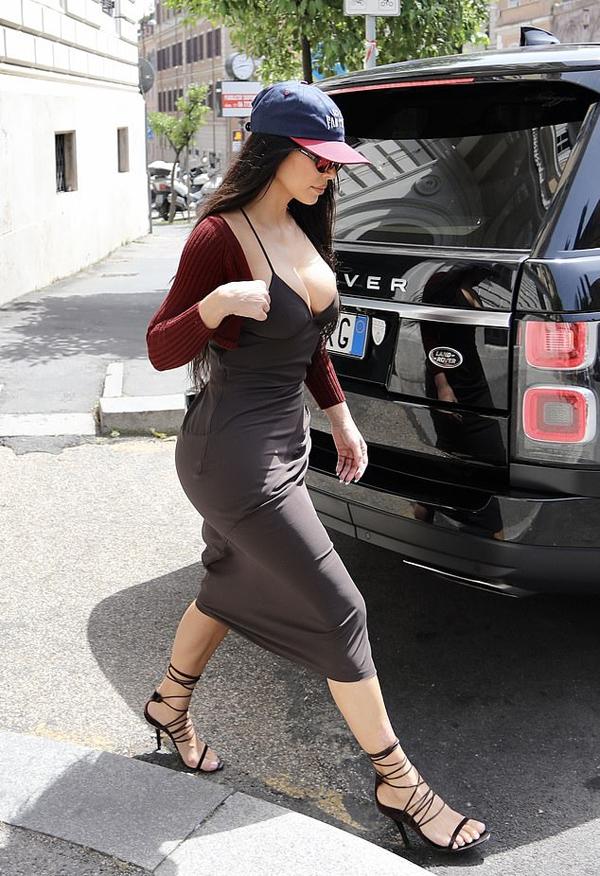 Nữ tỷ phú luôn kết hợp chỉn chu giữa váy áo và phụ kiện mỗi khi xuất hiện ngoài đường.