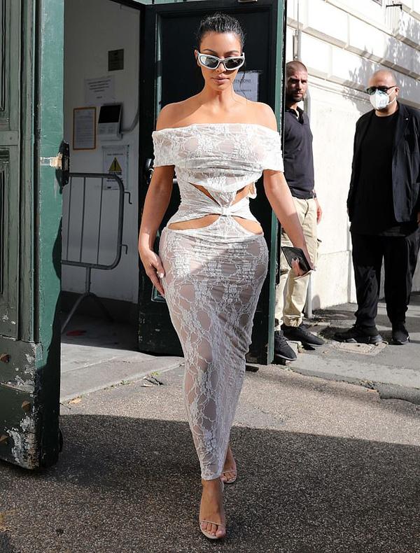 Một ngày trước đó, Kim đi thăm thành Vatican cùng siêu mẫu Kate Moss. Kim gây tranh cãi khi mặc một chiếc váy ren hở da thịt tới địa điểm tôn giáo trang nghiêm này. Tuy nhiên khi vào nhà thờ, vợ cũ rapper Kanye West đã mặc thêm một chiếc áo khoác dài để che kín cơ thể. Cô cũng tiết lộ đã tặng Vatican một món quà là chiếc dây chuyền vàng mặt kim cương.