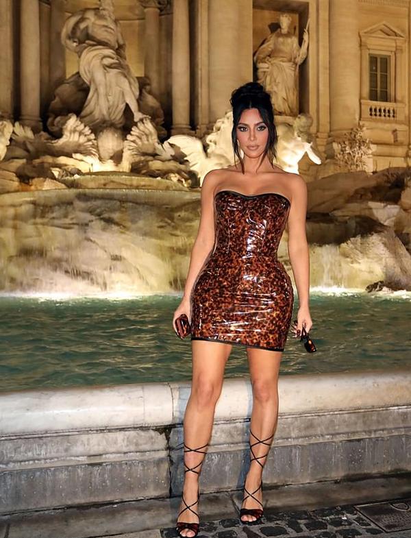 Sau đó, cô tới Đài phun nước nổi tiếng Trevi để chụp ảnh kỷ niệm.