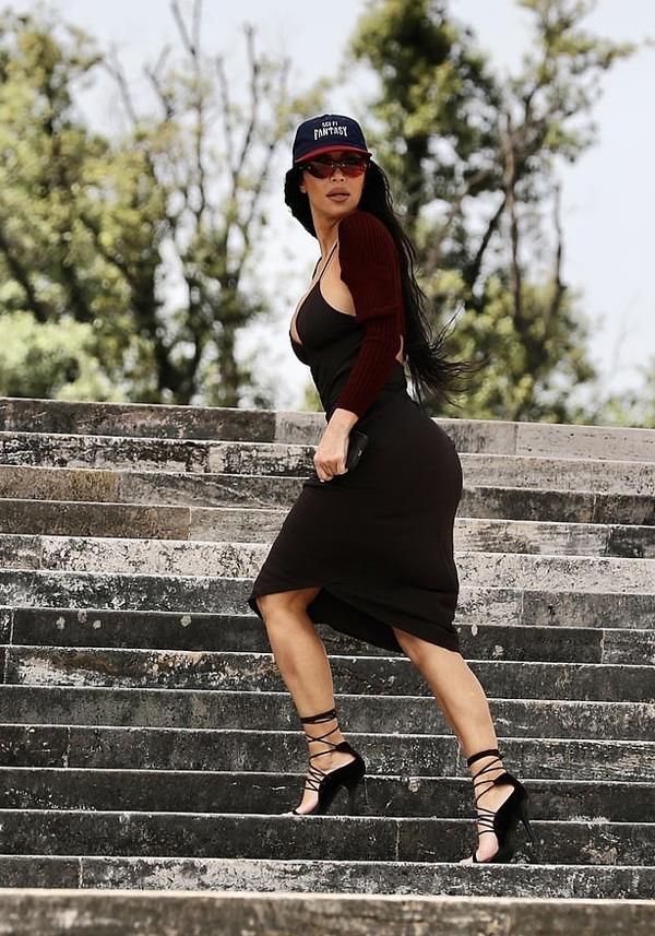 Cô mặc chiếc váy hai dây trễ nải khoe vòng một khi tới trụ sở thương hiệu thời trang Fendi.