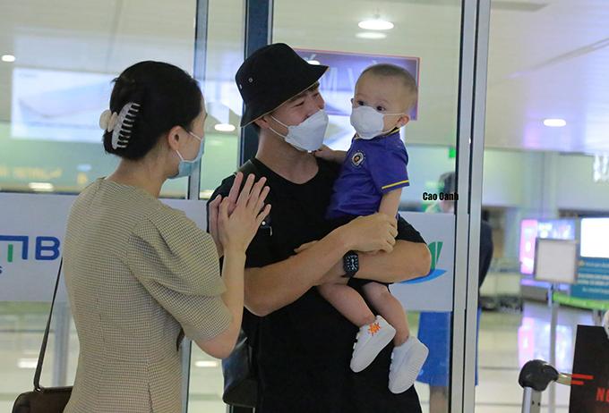 Vợ con đón Duy Mạnh tại sân bay Nội Bài tối 30/6. Ảnh: Oanh Oanh.