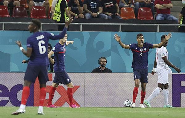 Pogba bị các đồng đội Varane, Pavard trách móc vì lơ là phòng ngự. Ảnh: AP.