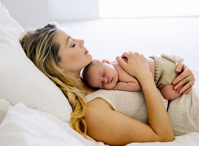 Amber Heard và con gái vừa chào đời.