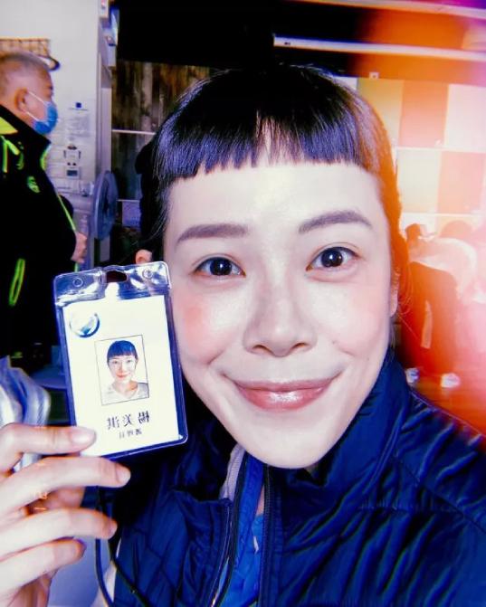 Dương Kỳ chụp ảnh với tấm thẻ nhân viên bảo vệ.