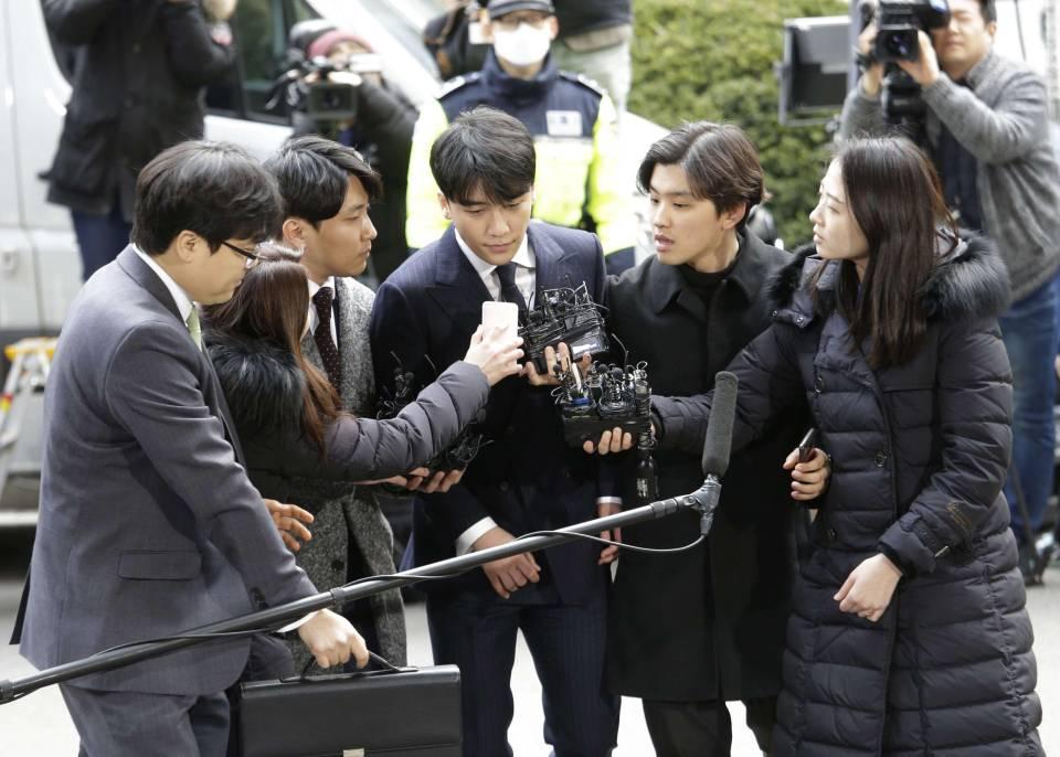 Seungri trong vòng vây báo chí.