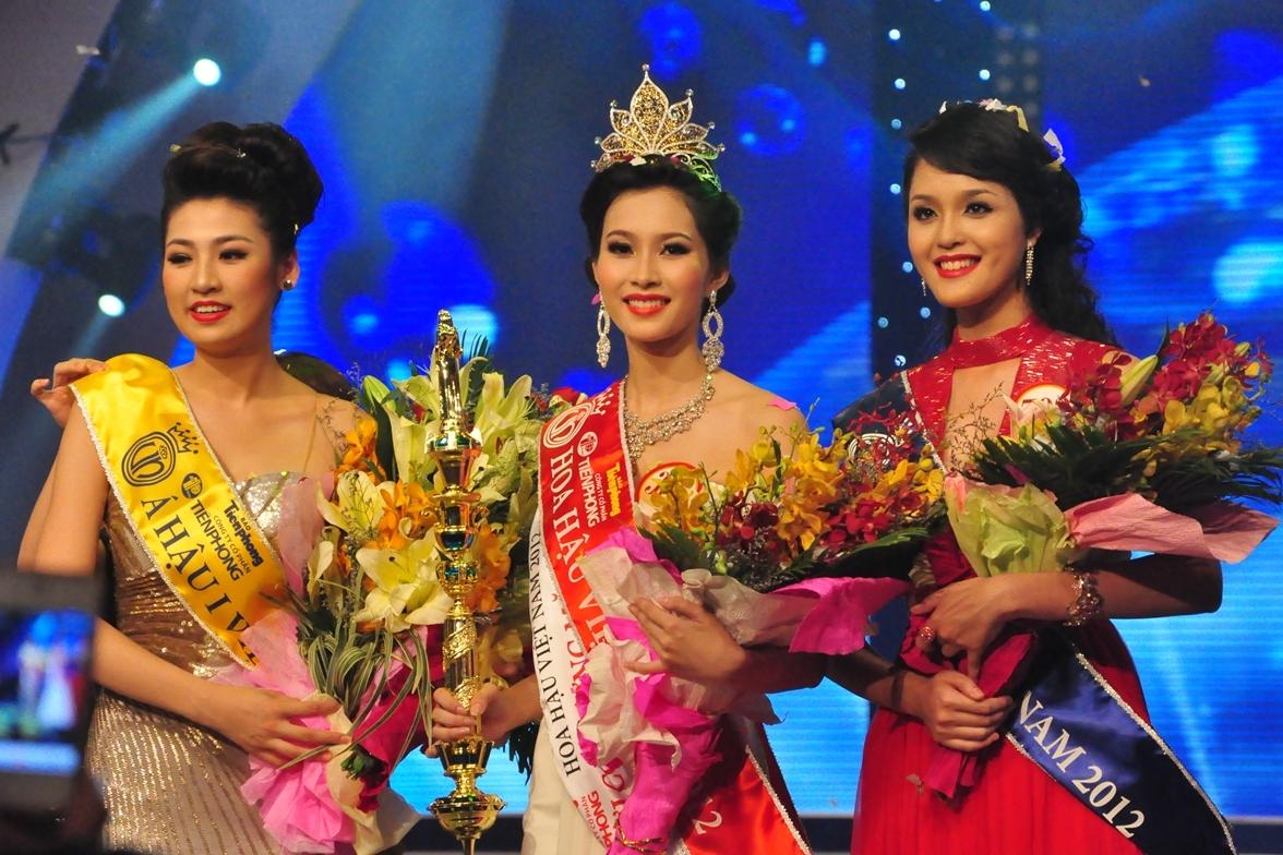 Top 3Hoa hậu Việt Nam 2012vinh danh: Tú Anh, Đặng Thu Thảo, Hoàng Anh (từ trái qua).