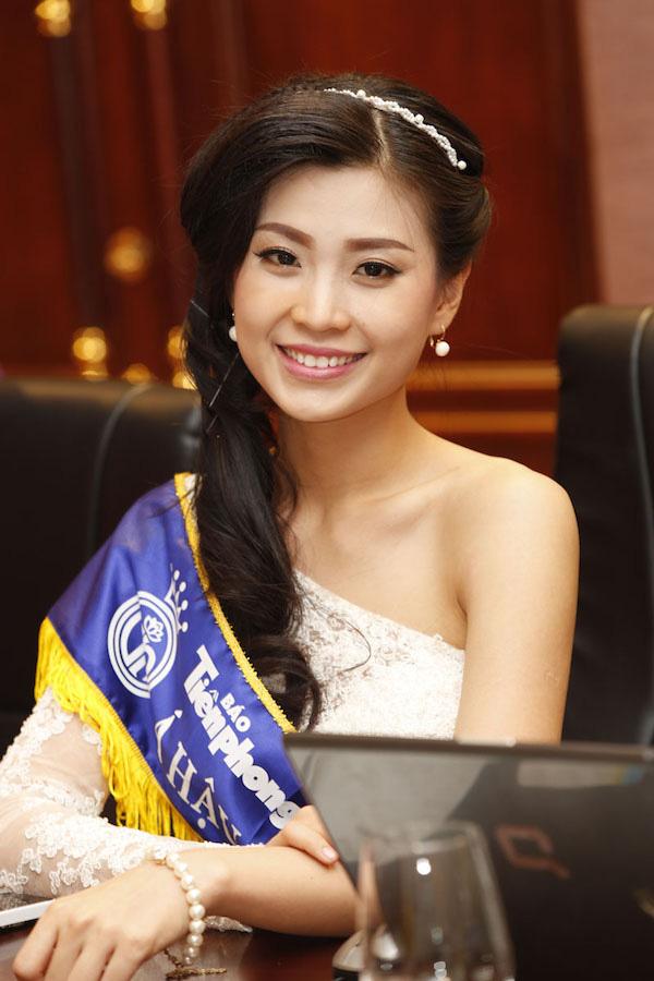 Nguyễn Lâm Diễm Trang sinh năm 1991, cao 1,67 m. Trước đó, cô từng chiến thắng các cuộc thi: Miss Teen 2009, Nữ hoàng Cafe Việt Nam 2014.