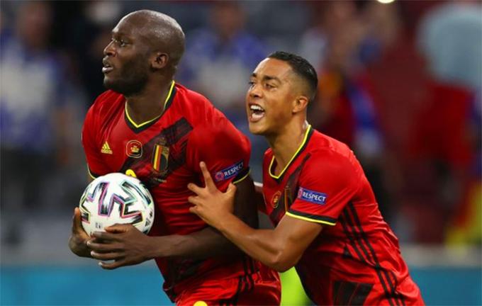 Lukaku rút ngắn tỷ số xuống 1-2 cho Bỉ. Ảnh: AFP.