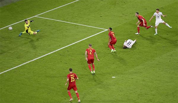 Ciro Immobile vẫn mải lăn lộn trên sân khi đồng đội Barella ghi bàn. Ảnh: AP.