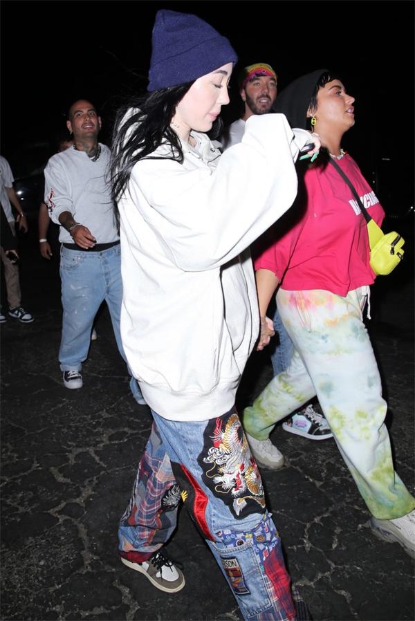 Noah Cyrus (trái) và Demi Lovato tại buổi tiệc.