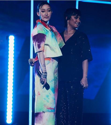 Hai người đẹp biểu diễn mừng Tháng Tự hào.