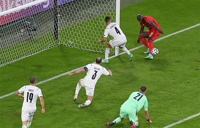Lukaku dứt điểm hỏng ở cự ly gần, bỏ lỡ cơ hội gỡ hoà 2-2 cho tuyển Bỉ sau đường kiến tạo rất thuận lợi của De Bruyne trong hiệp hai. Ảnh: AFP.