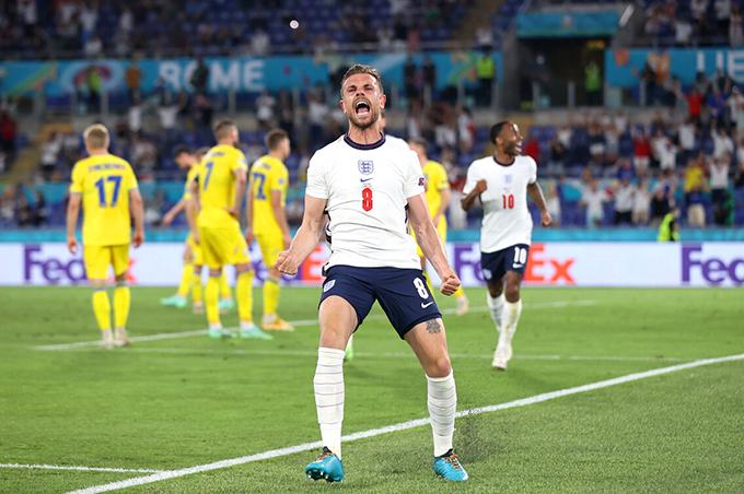 Jordan Henderson phấn khích sau khi ghi bàn ấn định chiến thắng 4-0 cho tuyển Anh. Ảnh: AFP.