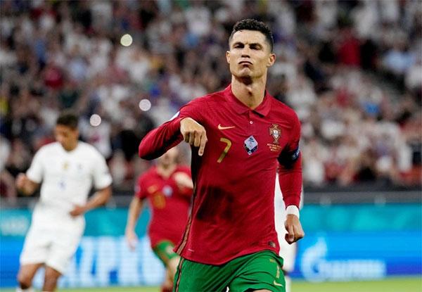 Ronaldo dừng bước ở vòng 1/8 nhưng thành tích ghi bàn vẫn dẫn đầu Euro 2020. Ảnh: Reuters.