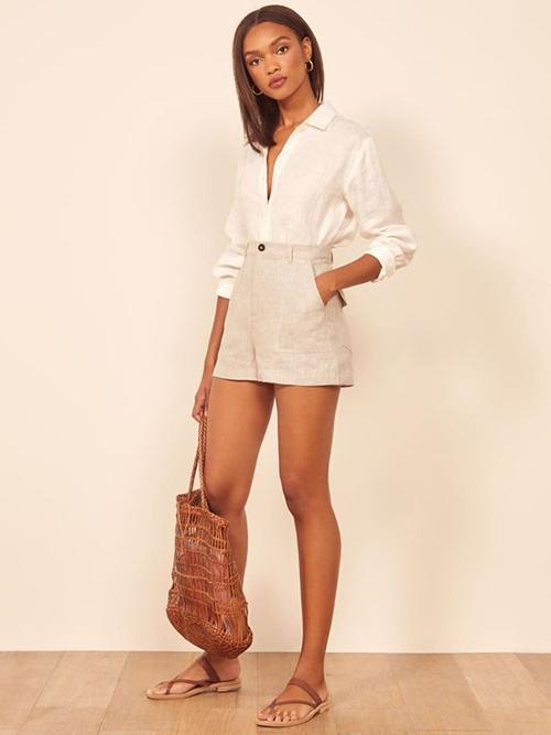 Quần short vải linen được thiết kế nhiều kiểu để phù hợp với hình thể của phái đẹp. Những mẫu short siêu ngắn dành cho bạn gái có đôi chân thon và thích phong cách gợi cảm ý nhị.