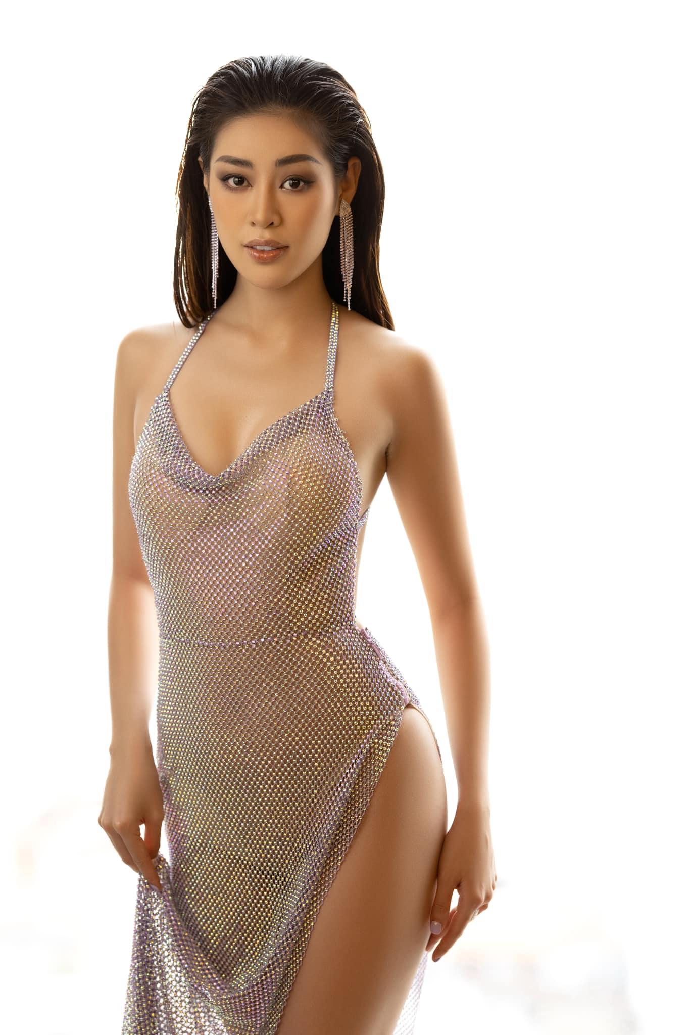 Thời gian này, Khánh Vân tuân thủ 7 ngày cách ly cuối cùng tại căn hộ giải thưởng hoa hậu ở TP HCM. Bố mẹ và anh chị của cô cũng dọn sang ở cùng sau hai tháng xa cách vì Khánh Vân đi Mỹ thi Miss Universe 2020.