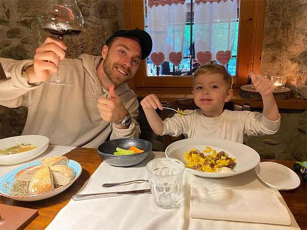 Eriksen và con trai đầu lòng thưởng thức bữa ăn đầu tháng 5. Tiền vệ người Đan Mạch chuyển sang Inter Milan từ 2020