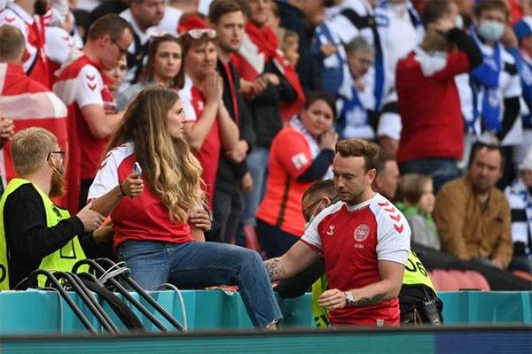Tối 12/6, khi hiệp một trận đấu ra quân của chủ nhà Đan Mạch tại Euro 2020 với Phần Lan ở bảng B sắp kết thúc, Eriksen đột ngột gục xuống sân bất tỉnh. Từ trên khán đài, Sabrina trèo rào, lao xuống sân với gương mặt thất thần lo lắng.