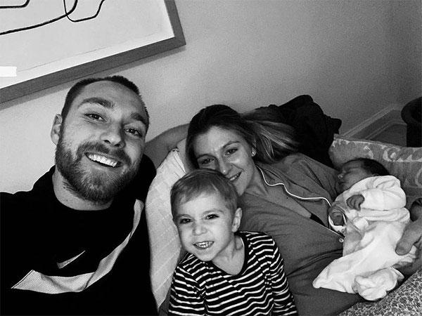 Tuyển thủ Đan Mạch khoe gia đình hạnh phúc với 4 thành viên đêm giao thừa 2020.