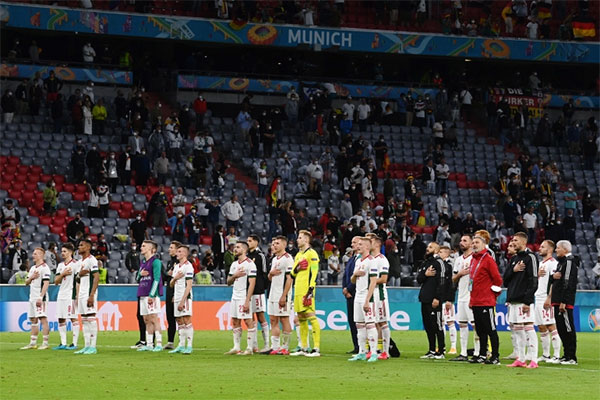 Các cầu thủ Hungary vừa khóc vừa hát quốc ca sau trận hòa 2-2 với tuyển Đức. Ảnh: Reuters.