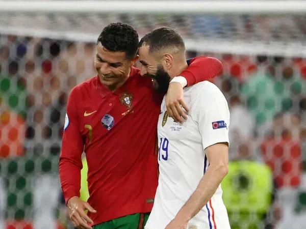 Bồ Đào Nha của C. Ronaldo và Pháp của Benzema cùng dắt tay nhau vào vòng trong sau trận hòa 2-2. Ảnh: AP.