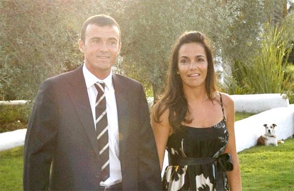 HLV Luis Enrique gặp người bạn đời Elena Cullell năm 1996 đúng năm ký hợp đồng với Barca. Vợ nhà cầm quân người Tây Ban Nha kém ông một tuổi, là con gái một thương gia ở xứ Catalan. Cặp đôi kết hôn năm 1997 và lần lượt đón ba con Pacho (22 tuổi), Sira (20 tuổi) và Xana (sinh năm 2000). Pacho học ngành kiểm tra và quản lý kinh tế ở quê nhà Barcelona, mê đá bóng, lướt sóng...còn em gái Sira mê cưỡi ngựa và giành được nhiều giải thưởng. Trong một buổi phỏng vấn, Sira có lần chia sẻ bố là người cá tính nhưng thân thiện, mẹ siêu ngọt ngào, hòa đồng, đáng yêu và mạnh mẽ.