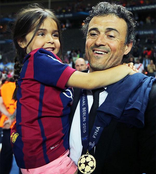 Tháng 8/2019, gia đình HLV Luis Enrique trải qua biến cố lớn khi cô con gái út Xana qua đời vì ung thư xương. Thời điểm đó, cựu danh thủ Barca mới nhận lời dẫn dắt tuyển Tây Ban Nha được vài tháng. Đau đớn vì mất con, HLV Enrique xin từ chức ở đội tuyển vài tháng. Nhà cầm quân 51 tuổi từng thi đấu cho cả Real và Barca và thành công trong cả hai màu áo. Luis Enrique là HLV Barca từ 2014 đến 2017, đưa đội bóng xứ Catalan giành hai chức vô địch La Liga, ba Cup nhà Vua và một lần đăng quang Champions League. Tại Euro năm nay, Tây Ban Nha có khởi đầu không suôn sẻ khi hòa hai trận đấu trước Thụy Điển và Ba Lan và chỉ giành vé vào vòng 1/8 sau chiến thắng đậm trước Slovakia ở lượt trận cuối vòng bảng. Tại vòng 1/8, đội bóng xứ sở bò tót vất vả vượt qua Croatia ở hiệp phụ, sau đó may mắn giành chiến thắng sau loạt luân lưu trước Thụy Sỹ ở tứ kết.