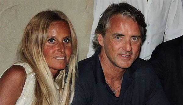 Đối thủ của thầy trò HLV Enrique ở bán kết đêm nay 6/7 là tuyển Italy dưới sự dẫn dắt của vị HLV hào hoa Roberto Mancini. Khác với đồng nghiệp chung tình, nhà cầm quân người Italy trải qua hai đời vợ. Cuộc hôn nhân đầu tiên của ông Mancini với bà xã Federica xuất phát từ tình yêu. Tuy nhiên 25 sau ngày cưới và có ba con lớn, hai người không thể tiếp tục chung đường nên quyết định ly dị năm 2016.