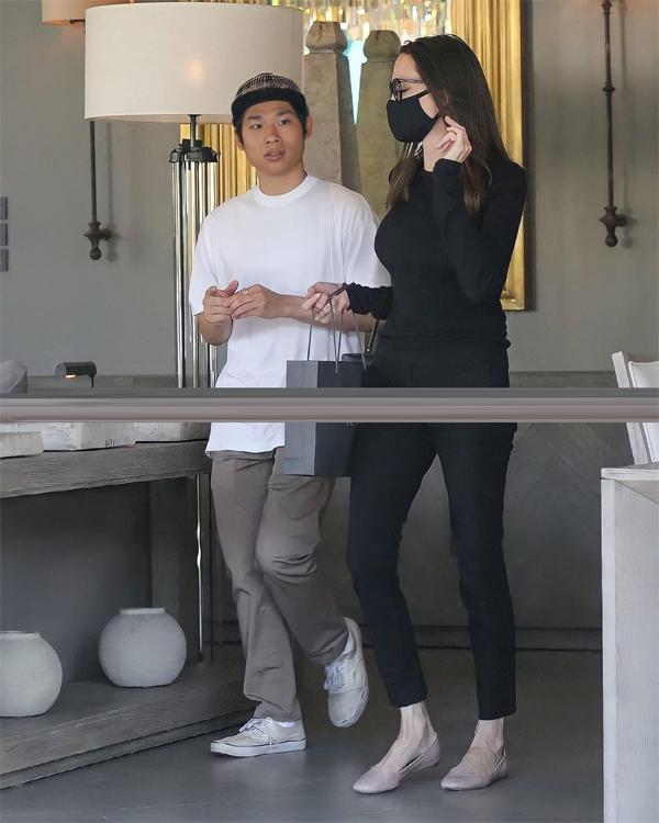 Pax Thiên và nữ diễn viên Angelina Jolie tới một cửa hàng đồ nội thất ở Tây Hollywood hôm 2/7.